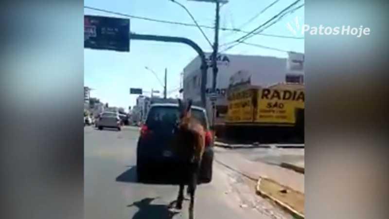 Motociclistas ficaram indignados com a ação do condutor do veículo.