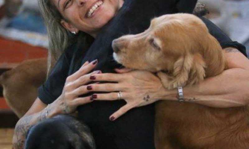 Luciana com alguns de seus cães na casa de Vila Valqueire Foto: Guilherme Pinto / Extra