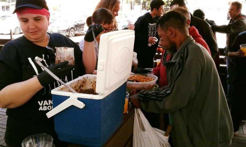 Em contraponto à Expointer, ativistas fazem almoço vegano para pessoas em situação de rua