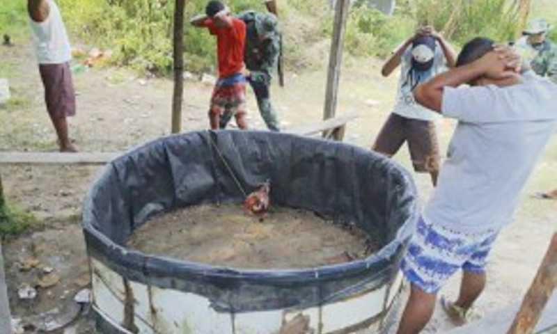 Dezenas de pessoas participavam de uma rinha de galos no local
