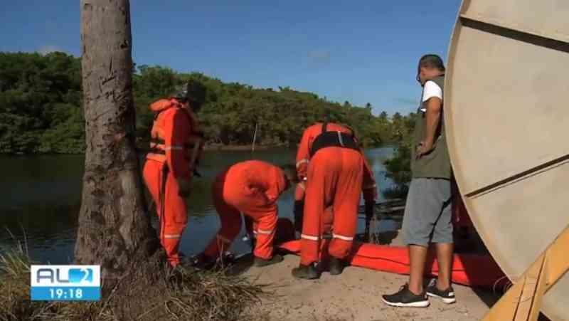 Barreira é instalada no estuário do Rio Tatuamunha, em Alagoas, para proteger peixes-bois de óleo