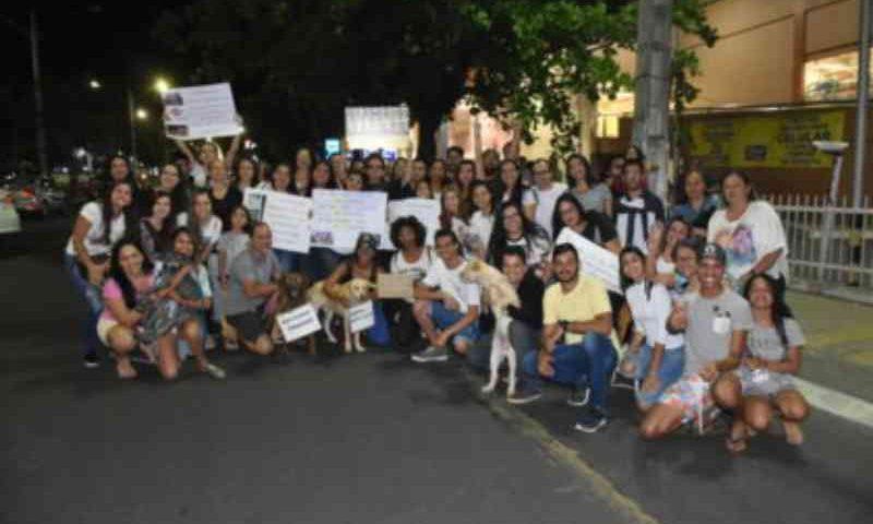 Manifestantes fazem ato contra hipermercado suspeito de matar animais em Vitoria da Conquista, BA