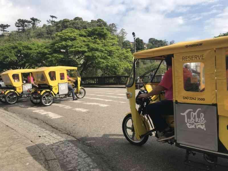 'Tuk-tuk' é testado para substituir charretes turísticas em Petrópolis, RJ