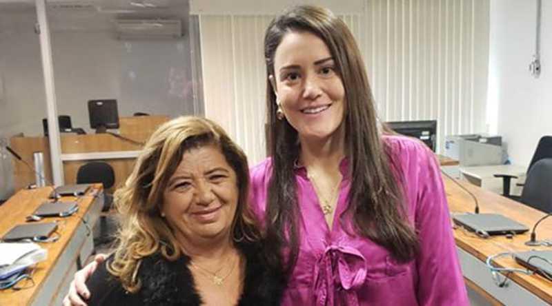 Vereadora Denise Max entregou ofícios à promotora Monique Mosca e também ao promotor Carlos Valera - Foto/Reprodução