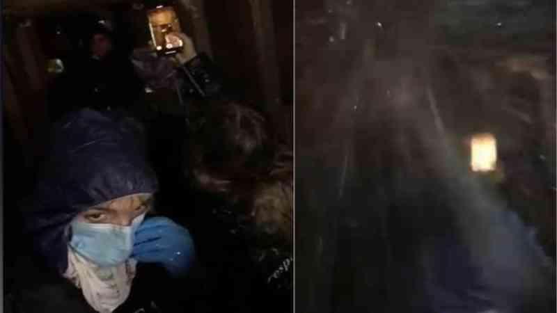 Ativistas de direitos dos animais encharcados com água depois de fazerem um protesto em uma fazenda de porcos