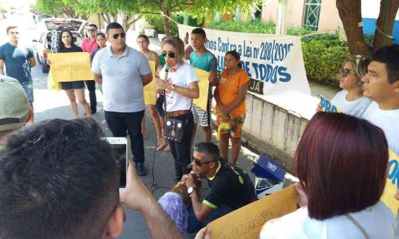 Ativistas em defesa dos animais fazem protesto em Quixelô, CE