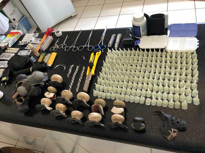 Durante a prisão foram encontrados diversos objetos utilizados na prática criminosa — Foto: Divulgação/ Polícia Civil