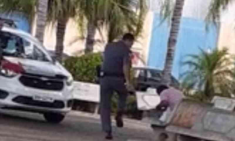 Com chutes e spray de pimenta, PM agride morador de rua e cachorro no interior de SP; vídeo