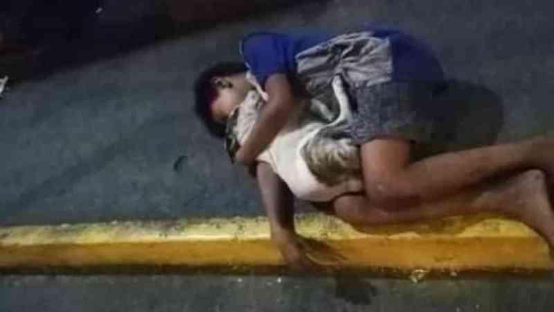 Menino sem-abrigo dorme na rua abraçado a cão