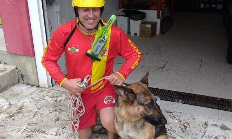 Pastor alemão caiu do deque do Pontal Norte (foto: Divulgação Bombeiros)