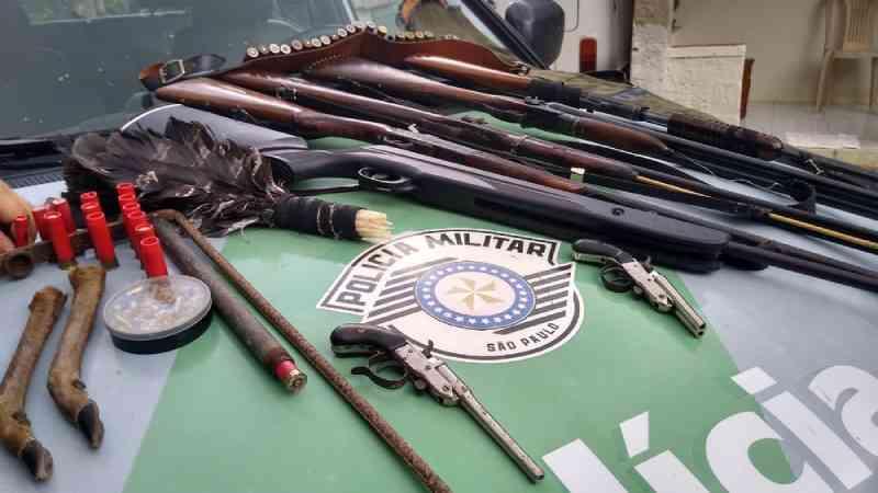 Homem é preso com armas e ave silvestre em Paraibuna, SP