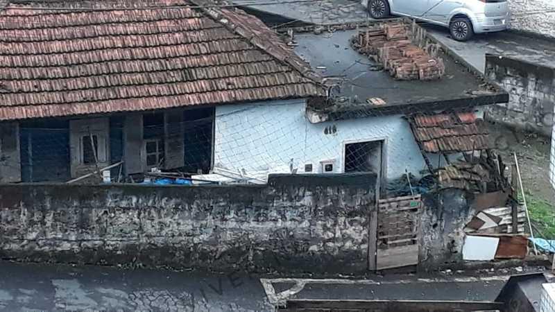 Casa abandonada com animais dentro fica no Morro São Bento, em Santos. — Foto: Reprodução/Viver no Morro e região