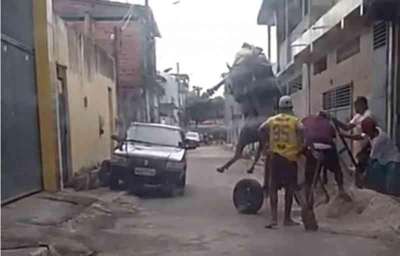 Leitor flagra cavalo suspenso no ar por carroça pesada, em Camaçari, BA; vídeo