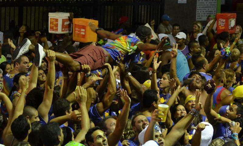 Foliões do bloco Voa Voa — Foto: Eduardo Freire/G1