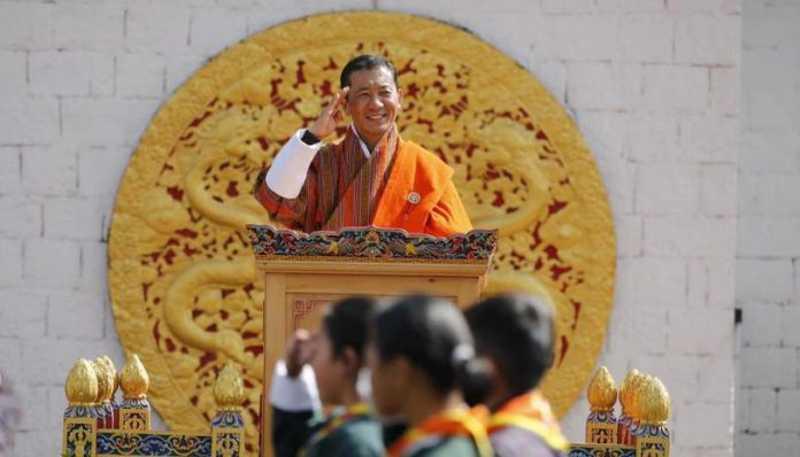Primeiro-ministro do Butão pede a todos os cidadãos que adotem cães abandonados como presente de aniversário do rei