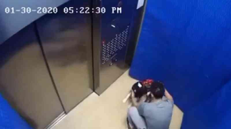 Homem é flagrado pela câmera quando agredia cachorro no elevador