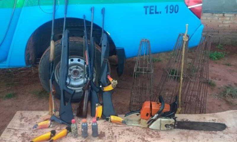 Armas e cabeças de tucanos foram encontrados em assentamento (Foto: PMA/Divulgação)