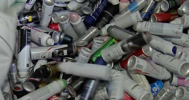 Depois de arrecadados os frascos vão pra garagem de uma das voluntárias do projeto, em seguida são vendidos para empresas de reciclagem e enviados para Cuiabá.. O dinheiro paga as castrações. — Foto: Reprodução/ TV Centro América