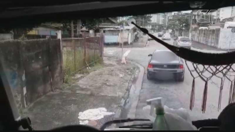 Vídeo mostra carro preto que teria abandonado cachorra em Santos (SP) — Foto: Reprodução