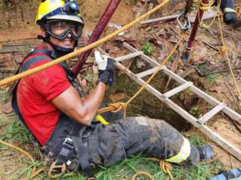 Cão é resgatado após cair em valeta de 2 metros de profundidade
