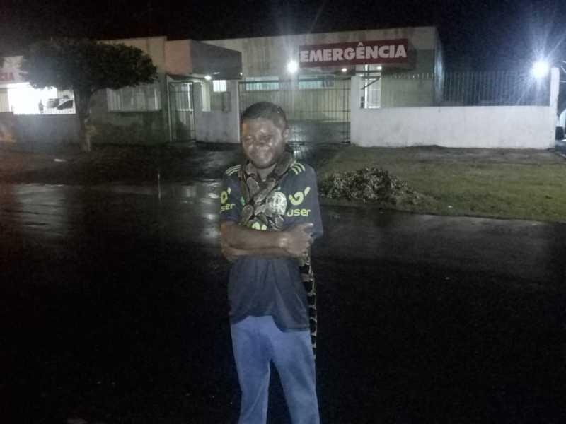 Crime: homem mata cobra e posa para fotos com o animal nos ombros, em União, PI