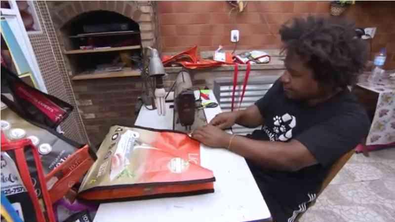 Empreendedor social vende bolsas recicladas para ajudar animais de rua