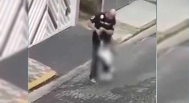 SP: polícia resgata cachorro que foi agredido pelo tutor no meio da rua