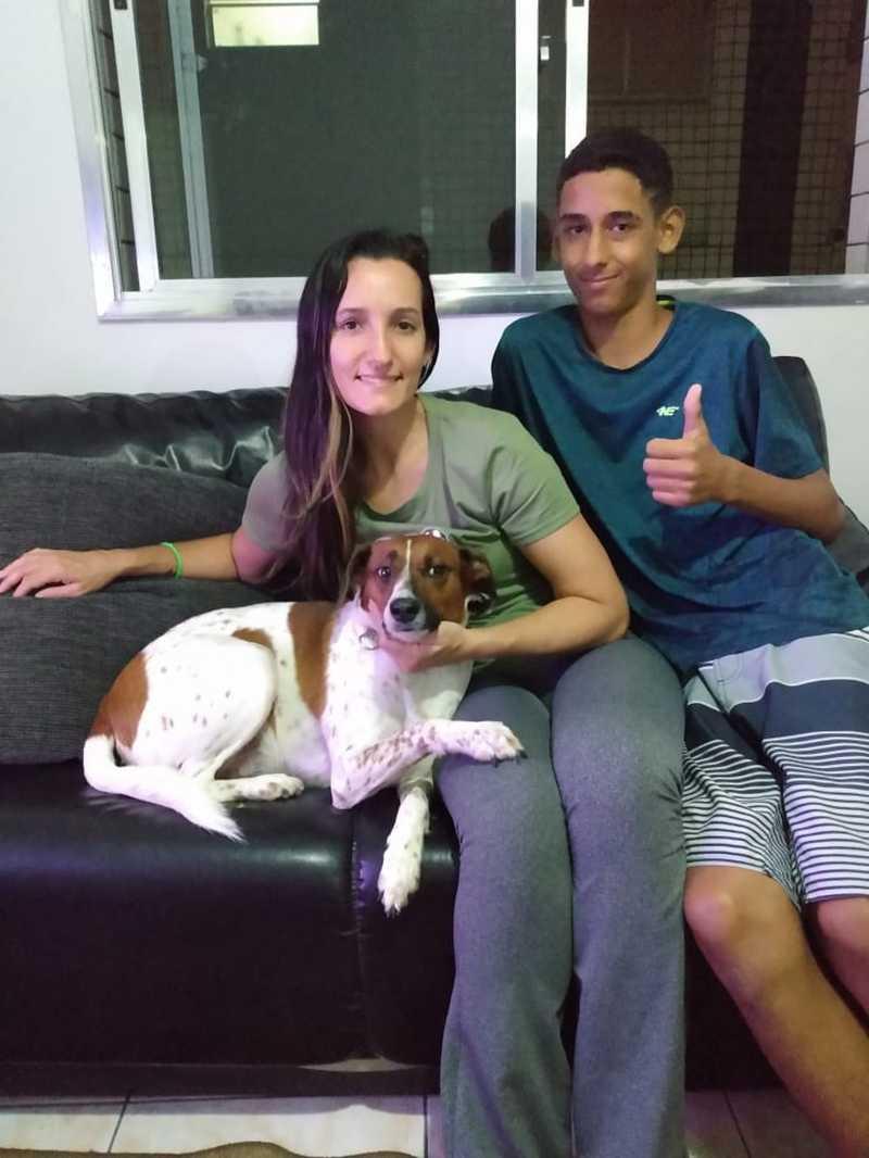 Cachorro foi adotado nesta terça-feira, por auxiliar de enfermagem e seu filho — Foto: Arquivo Pessoal