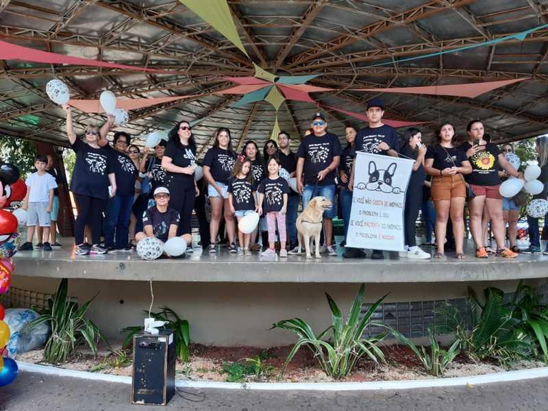 Grupo faz passeata contra crueldade a animais após cão amarrado em poste morrer carbonizado em Tatuí, SP