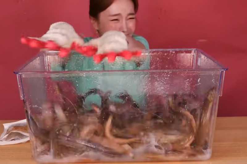 A youtuber sul-coreana Ssoyoung em um dos vídeos polêmicos nos quais aparece comendo animais vivos (Foto: Instagram)