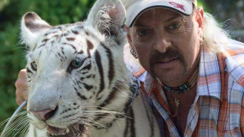 Joe Exotic maltratava tigres por prazer: 'Filmei ele atirando na cabeça de um', diz produtor do programa