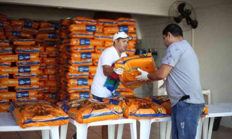 Protetores de animais e ONG's recebem quase 10 mil quilos de ração, em Foz do Iguaçu, PR