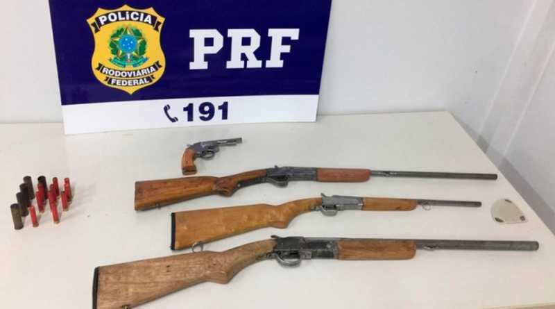 Espingardas e revólver estavam dentro de um carro — Foto: PRF/Divulgação