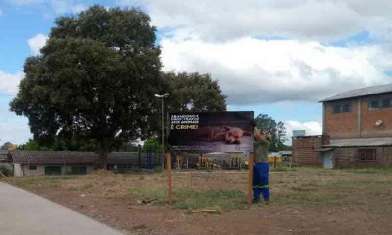 Placas são instaladas para alertar contra maus-tratos aos animais em Venâncio Aires, RS