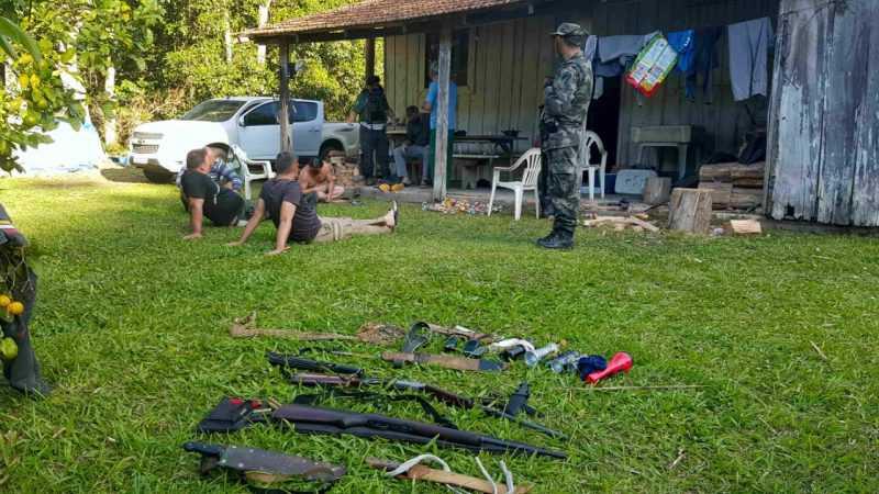 Flagrante ocorreu em um rancho na área que pertence ao município de Indaial – Foto: PM/Divulgação/ND