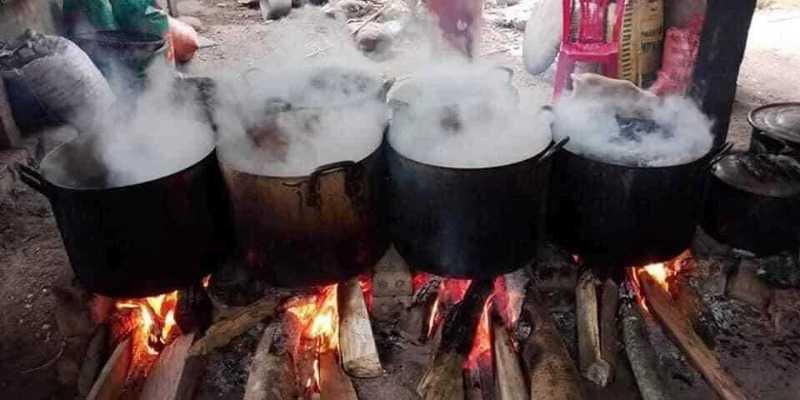 Os gatos pretos são cozidos em um líquido antes de estarem prontos para vender. Crédito: SWNS: South West News Service