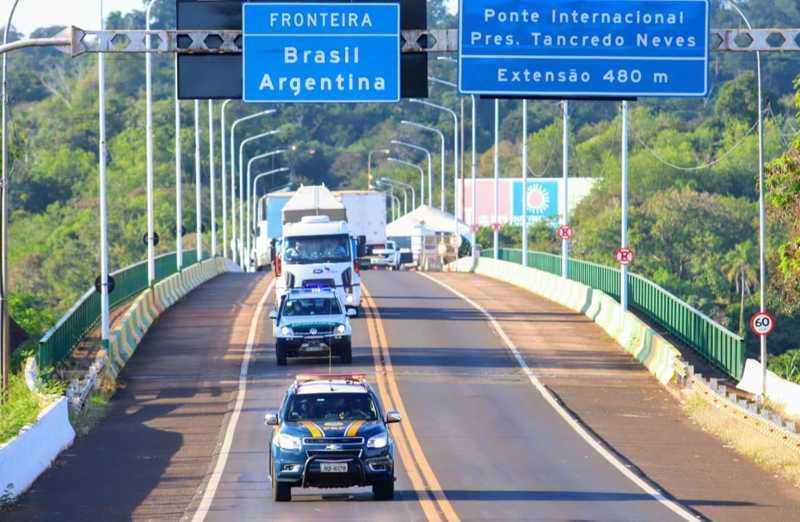 PRF fez a escolta da travessia da elefanta Mara pela Ponte Tancredo Neves, que faz fronteira entre Brasil e Argentina, nesta segunda-feira (11) — Foto: Christian Rizzi/PRF