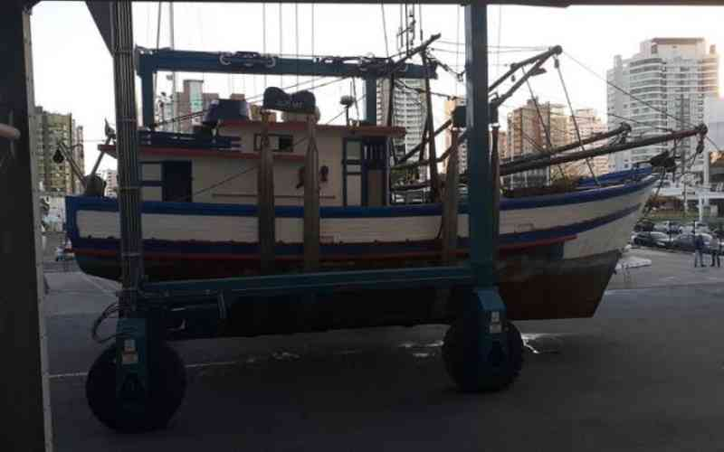 Polícia Federal apreende em Itajaí (SC) barco que decepou cauda de baleia