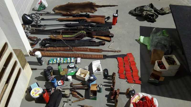 Armas irregulares foram apreendidas com caçadores no Norte de SC — Foto: PMA/Divulgação