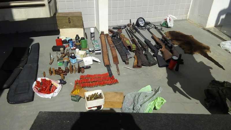 Armas e animais mortes foram encontrados com caçadores em SC — Foto: PMA/Divulgação
