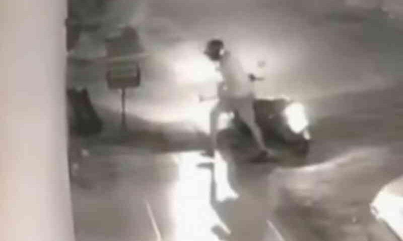 Homem é suspeito de agredir cachorro após se desequilibrar e cair da moto, em Goiânia; vídeo