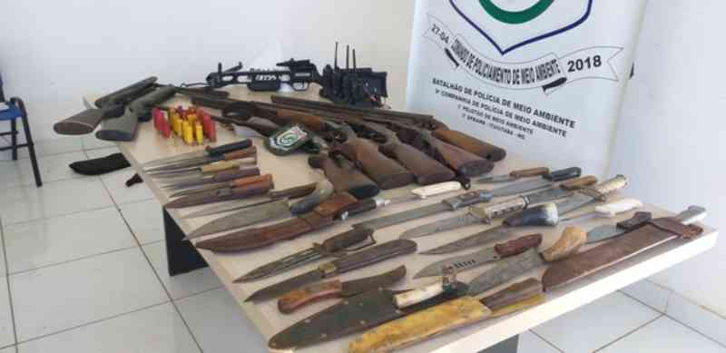 Armas e cães de caçadores são apreendidos em operação da Polícia de Meio Ambiente em Canápolis, MG