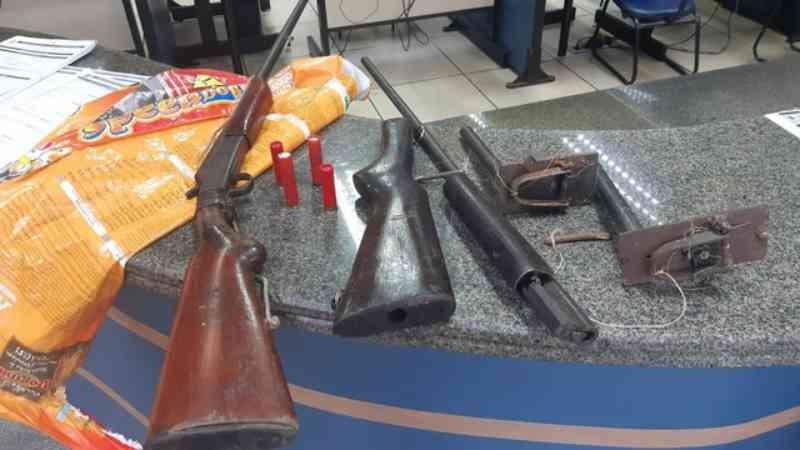Armas e aves são apreendidas com suspeito de caçar animais silvestres em Paracambi, RJ