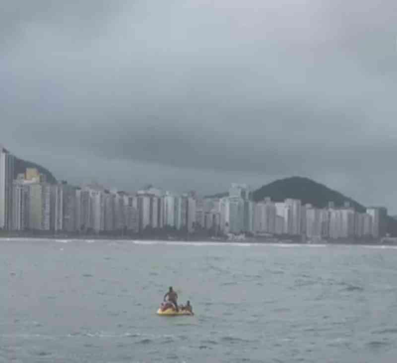 Homem vira herói ao salvar 'salsicha' arrastado pelo mar em SP; vídeo