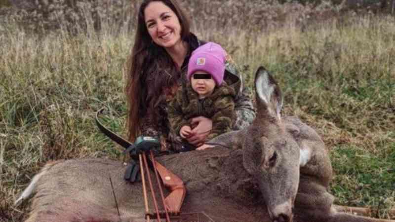 Mulher leva filha de 2 anos para caçadas a fim de tornar a atividade 'normal'