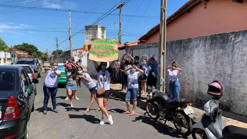Grupo protesta contra envenenamento de cães em Teresina, PI; suspeita foi indiciada