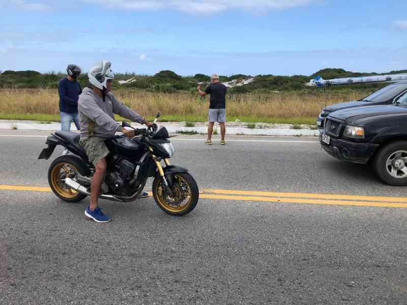 Motoristas param trânsito na RJ-140 para jiboia atravessar rua em Arraial do Cabo, no RJ