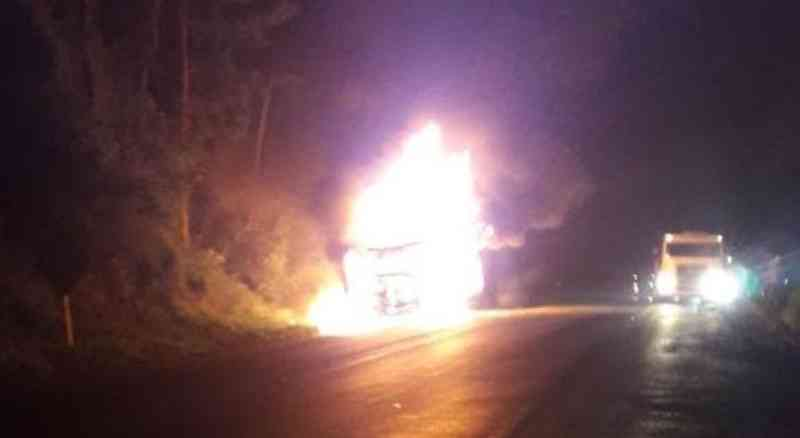 Caminhão com bois pega fogo na BR-470 em Rodeio, SC