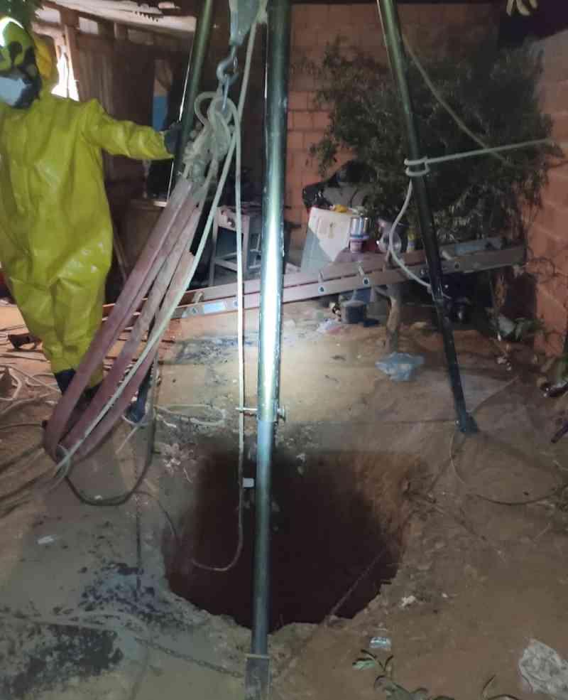 Bombeiros resgatam jumento de dentro de fossa em Montes Claros, MG