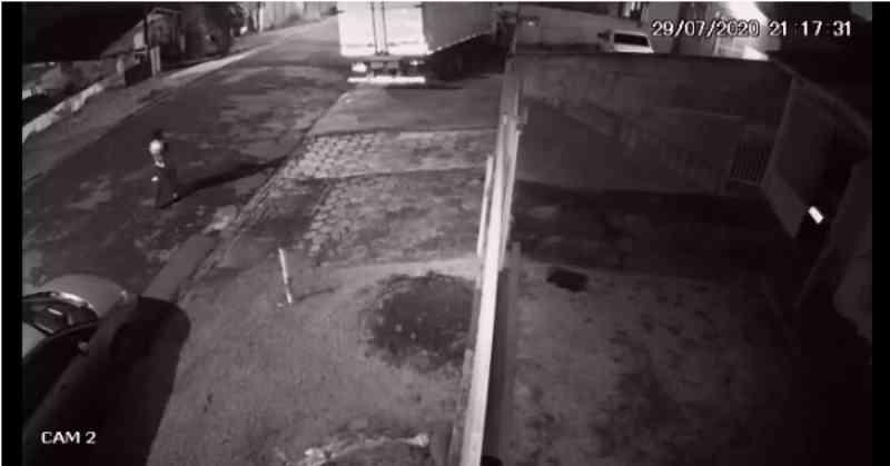 Homem é preso por matar a chutes, assar e comer um cachorro em Curitiba; vídeo